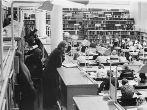 Aallon lukusalissa jouduttiin jopa kilpailemaan istumapaikoista v. 1974. KUVA: Matti Salmi