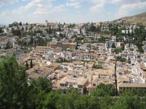 Näkymä Albaíciniin, Sacromonte kohoaa oikealla (kuva: Eeva Koponen).