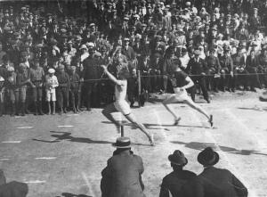 Lauri Pihkalan valokuva yleisurheilun SM-kilpailuista Kotkassa vuonna 1921. Lauri Härö voittaa 100 metrin juoksun. Jyväskylän yliopiston tiedemuseon kokoelmat.